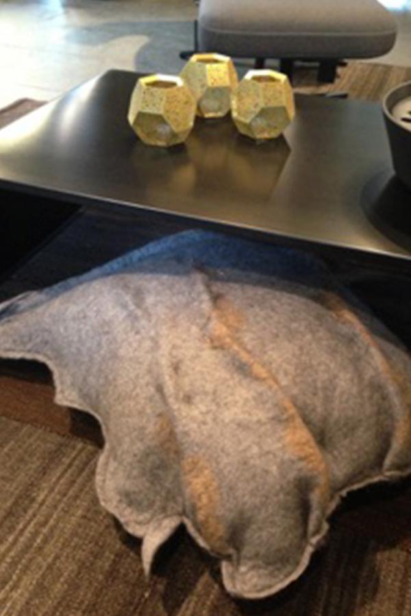 Licht grijze Merino + Alpaca wol met een accent van koper, achterkant licht grijs leer